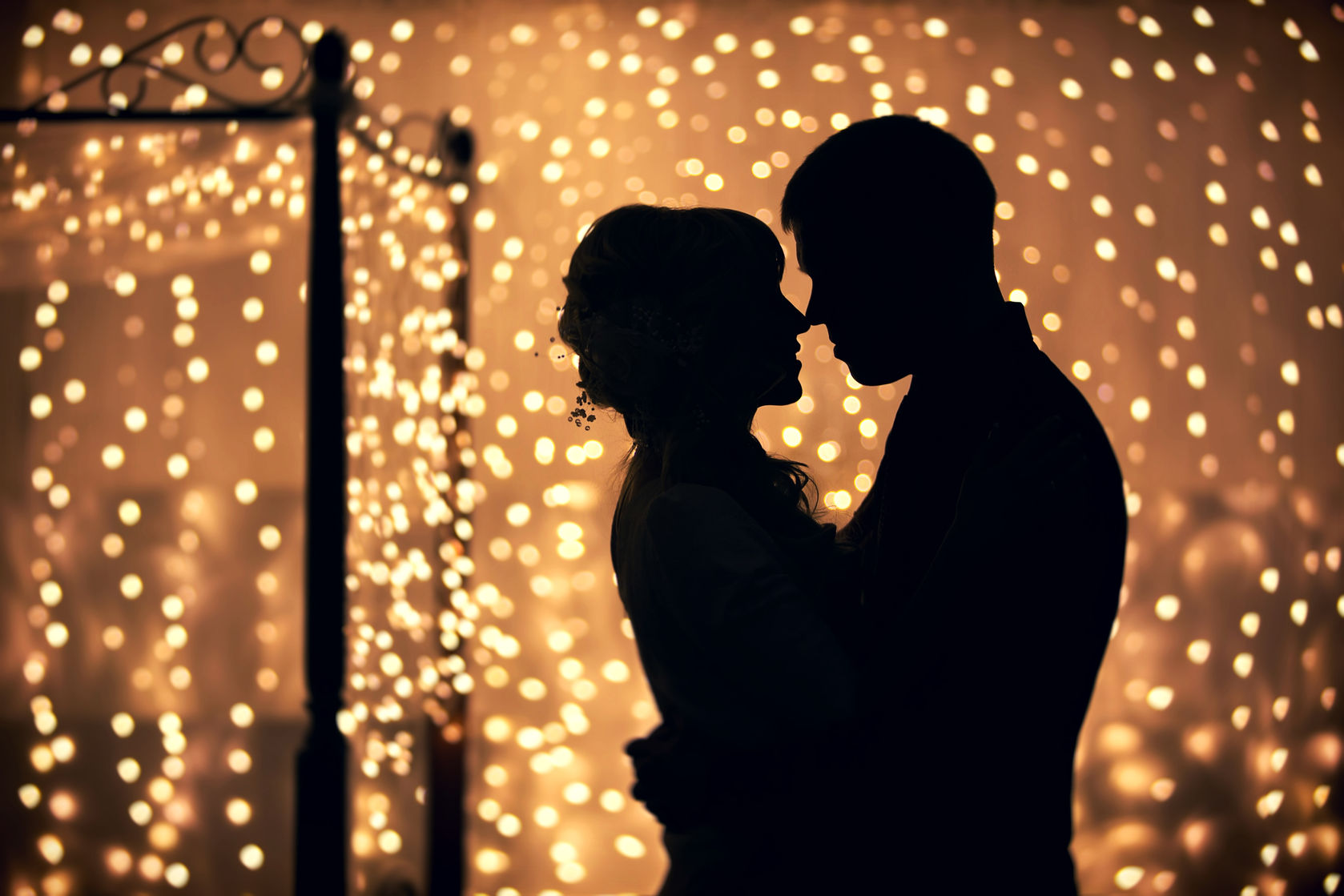48319615 - hugs lovers in silhouette against the background of garlands of lights